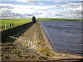 SE0417 : Water side of the dam at Ringstone Edge Reservoir by Alexander P Kapp