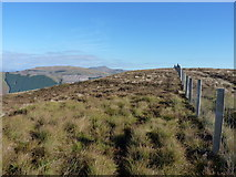 SH8215 : Fence along Maen Du by Richard Law