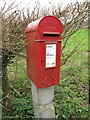 SU7887 : Edward VII letter box on post, Colstrope Lane by David Hawgood