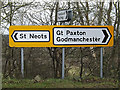 TL2062 : Roadsigns on the B1043 Paxton Hill by Adrian Cable