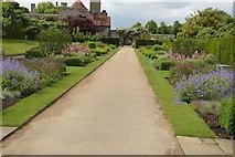 TQ5243 : Garden, Penshurst Place by N Chadwick