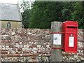 TM1192 : ERII postbox by churchyard wall by Evelyn Simak