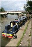 SU5980 : Narrowboat near the bridge by Bill Nicholls