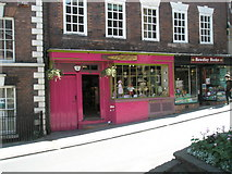 SO7875 : Shocking pink shop in Load Street by Basher Eyre