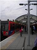 TQ3581 : Central platform, Shadwell DLR Station by Robin Sones