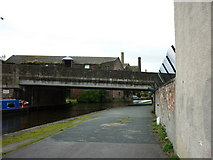 SE1437 : Walking along the Leeds to Liverpool Canal #149 by Ian S