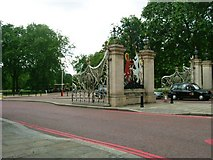 TQ2879 : Queen Elizabeth Gate, SW1 by Phillip Perry