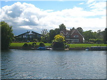 TQ1667 : Large riverfront houses at Thames Ditton by Rod Allday