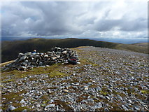 NH1718 : Walkers' shelter on Aonach Shasuinn by Richard Law