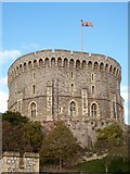 SU9777 : Windsor Castle. Round Tower and Royal Standard by Len Williams