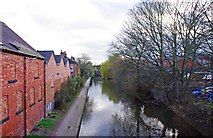 SO8554 : Worcester & Birmingham Canal looking southwest from Park Street Bridge, Worcester by P L Chadwick