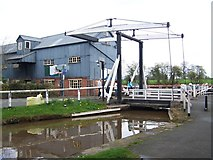 SJ5848 : Wrenbury Lift Bridge, Llangollen Canal by David Martin