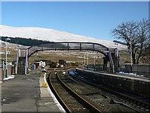 NH1658 : Railway line and footbridge at Achnasheen by The Tartan Lens