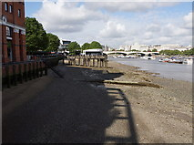 TQ3180 : Low tide on the South Bank by Anthony O'Neil