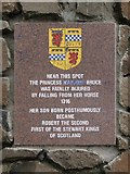NS4865 : The Marjory Bruce Cairn: plaque by Lairich Rig