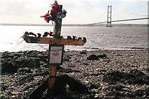 TA0225 : Memorial cross on Hessle Foreshore by Chris