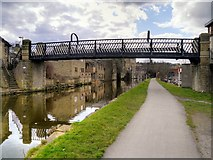 SE1537 : Leeds and Liverpool Canal, Gallows Bridge (207D) by David Dixon