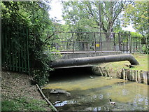 TQ3187 : Bridge over the New River at Green Lanes (A105) by Mike Quinn