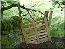 SE0322 : Gate on Sowerby Bridge FP100, Link A by Humphrey Bolton
