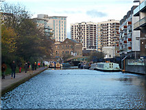 TQ3283 : Regent's Canal, Hoxton by Robin Webster