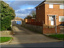 TQ0202 : Footpath goes east from Clun Road by Shazz