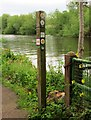 SO8170 : Waymarker post by the River Severn, Stourport-on-Severn by P L Chadwick