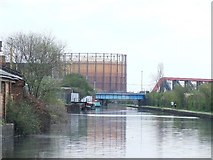 TQ2282 : Railway bridge crosses the Paddington Arm of the Grand Union Canal by Tim Glover