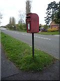 SK1831 : Elizabeth II postbox on Uttoxeter Road, Foston by JThomas