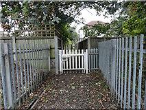 TQ5487 : Gate on footpath 172 by Phil Gaskin