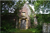 TQ5243 : Wall between church and Penshurst Place by N Chadwick