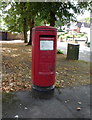 TQ2794 : Elizabeth II postbox on Oakleigh Park South N20 by JThomas