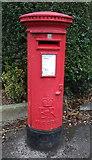 SJ6954 : Elizabeth II postbox on Nantwich Road, Crewe by JThomas