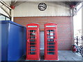SU9676 : Two Telephone Boxes and a Clock at Windsor & Eton Central Station by David Hillas
