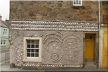 NO5603 : A shell decorated wall by Malcolm Neal