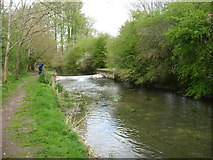 SU0097 : A small weir on the River Thames at Ewen by David Purchase