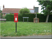 TG0400 : Elizabeth II postbox, Coldham Green, Deopham by JThomas