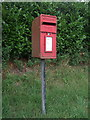 SO9565 : Elizabeth II postbox on Hanbury Road, Harbours Hill by JThomas