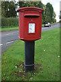 SJ9927 : Elizabeth II postbox on A518, Amerton by JThomas