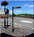 ST1599 : Bilingual sign pointing towards Bargoed railway station by Jaggery
