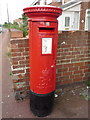 NZ3558 : Elizabeth II postbox on Ethel Terrace, Castletown by JThomas