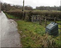 SO0327 : Green grit/salt bin south of Llanfaes, Brecon by Jaggery