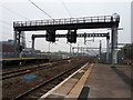 SU1485 : New signals and electrification gantries at Swindon Station by Vieve Forward
