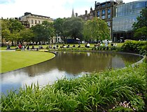 NT2574 : Water feature, St Andrew Square by Richard Sutcliffe