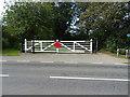 SJ3277 : Level crossing gates on Hadlow Road (B5151) by JThomas