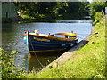 TQ1068 : Tasteful Boat by Thames Path by Sean Davis