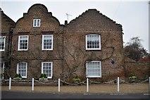 TQ0487 : Hill House by N Chadwick