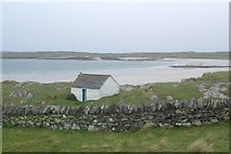 NR3587 : Building above beach in west of Oronsay by eswales