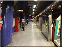 TQ3979 : North Greenwich tube station, Platform 2 by Oxyman
